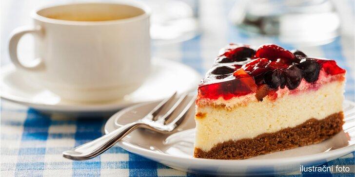 Káva s dortíkem dle výběru: espresso i latté a větrník, medovník či harlekýn