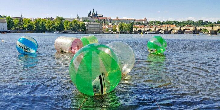 Proběhněte se po Vltavě: 10 min. vzrušující zábavy v zorbingové kouli
