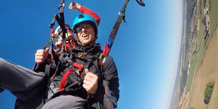Tandemové paragliding lety v okolí Prahy: seznamovací, akrobatický i termický let