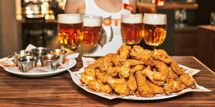 50 ks kuřecích křídel a paliček v omáčkách podle výběru a 4 piva v Hooters