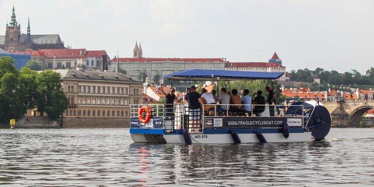 Na šlapací lodi centrem Prahy: 1,5hod. plavba i s pivem na posilněnou až pro 11 osob