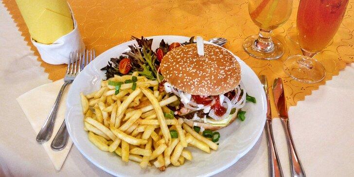 Kuřecí, hovězí nebo vepřový burger podle výběru a hranolky pro 1 i 2 osoby