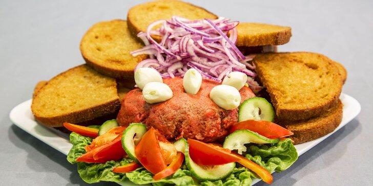 Pořádná porce masa: 450g namíchaný tatarský biftek a k tomu 15 ks topinek