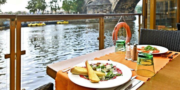 Tříchodové menu s kotletou nebo lososem a báječný výhled na Karlův most
