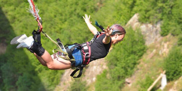 Extrémní bungee jumping z televizní věže v Harrachově