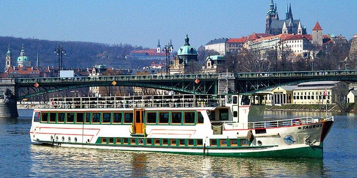120 min. vyhlídkové plavby na Vltavě i s bufetem pro 1 nebo 2 osoby