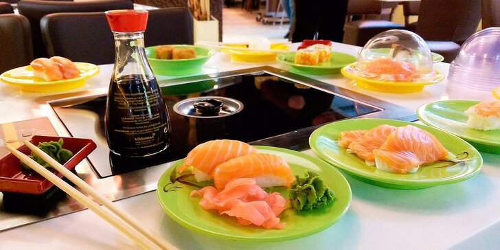 2 hodiny neomezeného hodování running sushi s grilem na stole