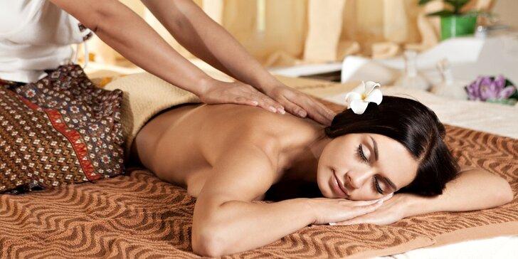 Olejová terapeutická thajská masáž prováděná asijskou masérkou pro jednoho i pro pár