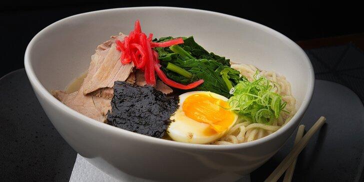 Vydatná nudlová polévka ramen nebo nudle udon v restauraci Engawa