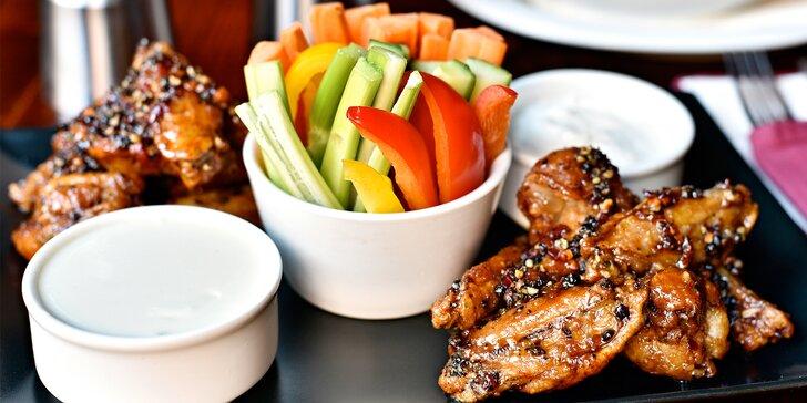 Mango-chilli, sriracha, teriyaki nebo BBQ křidélka se zeleninou a omáčkami
