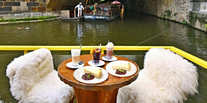 Káva nebo svařák a cheesecake s výhledem na Karlův most pro 1 nebo 2 osoby