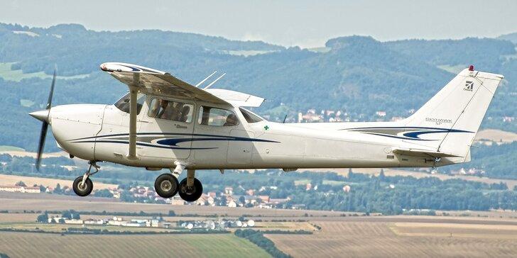 Vzhůru do oblak: Seznamovací lety Cessnou pro tři osoby v délce 30-60 minut