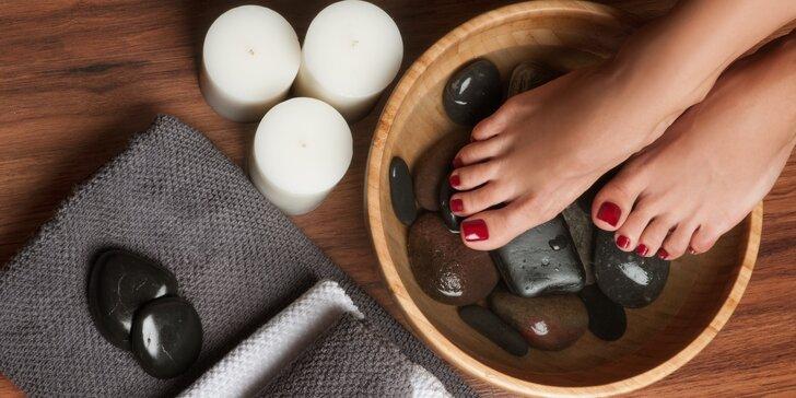 Nohy jako ze škatulky: pedikúra s peelingem, masáží i lakováním Rocklacem