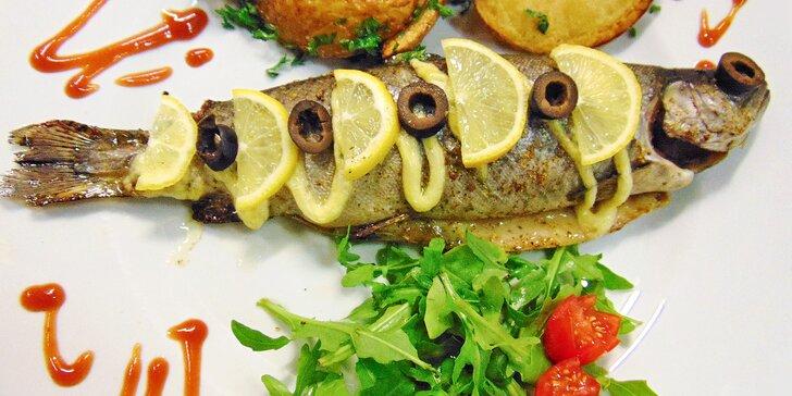 Opečený pstruh s rozmarýnem nebo kořeněná makrela pečená v alobalu s bramborem pro dva