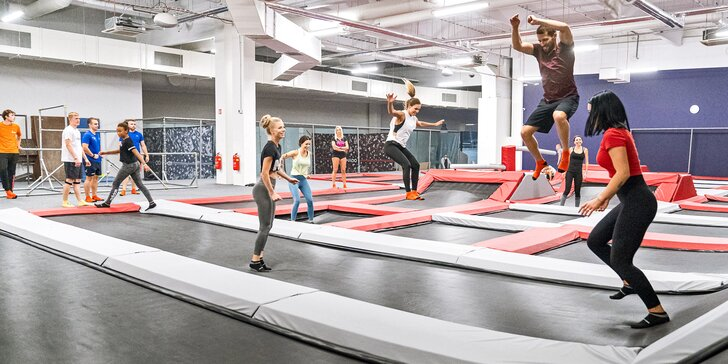 Hodina v Jump Academy Brno: trampolíny, ninja dráha, parkour zóna, obří bazén s houbičkami a 9D kino