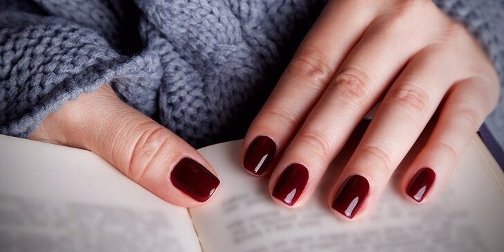 Dopřejte rukám krásu: Pečlivá manikúra s lakováním gel lakem