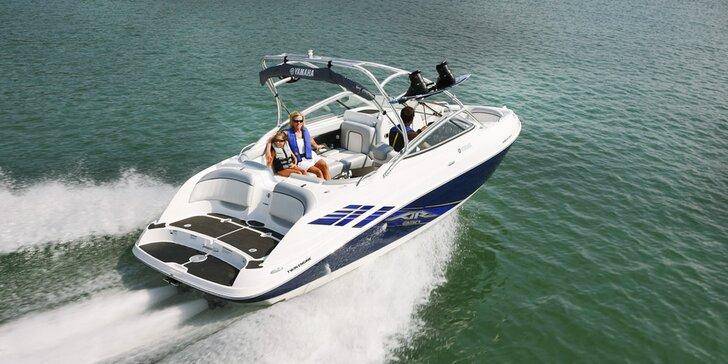 Jízda sportovní dvoumotorovou lodí Yamaha AR230 o výkonu 320 koní