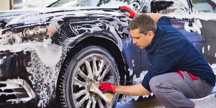 Profesionální čištění interiéru nebo exteriéru osobního automobilu