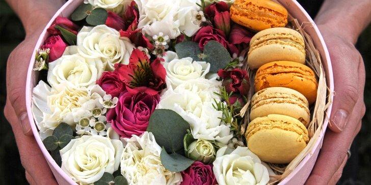 Něžný dárek: čerstvé květiny a sladké makronky v elegantní krabičce