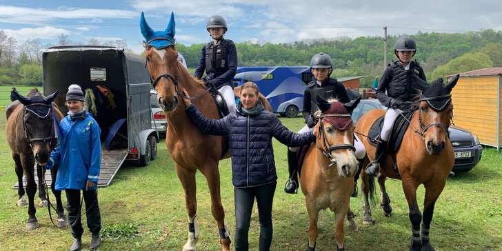 Hodina jízdy na koni pod dohledem instruktora v jezdeckém klubu Agira
