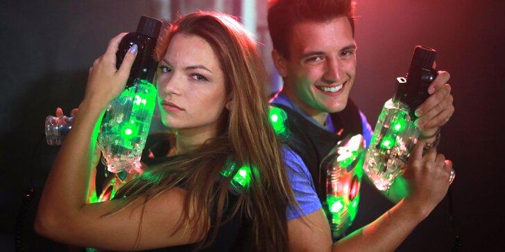 Hra laser game, jízda na simulátoru virtuální reality a pizza i nápoj
