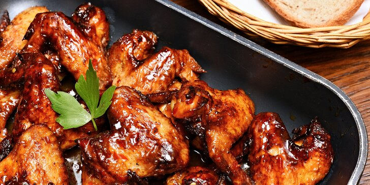 Nálož křidýlek: 1,5–3 kg kuřecích křídel Buffalo se sweet chilli omáčkou a chleba