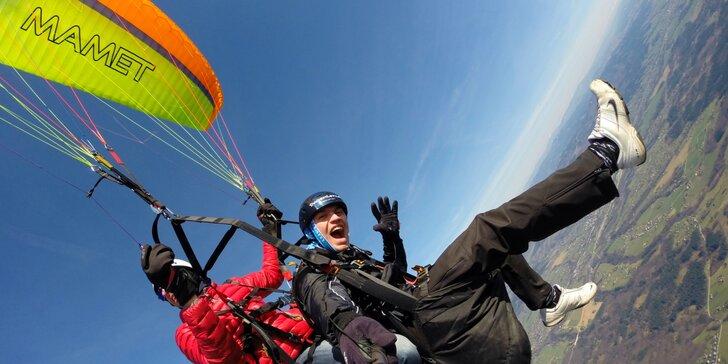 Adrenalin v oblacích: paraglidingový tandemový let se špetkou akrobacie