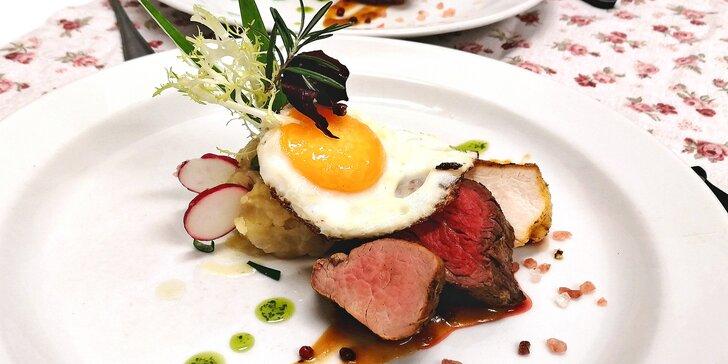 5chodové menu pro dva: lososový tatarák, cibulačka, mix grill i panna cotta