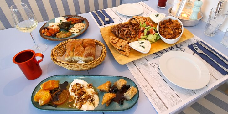 Gyros menu pro 2 osoby: chaloumi, gyros v metaxové omáčce i mix dezertů
