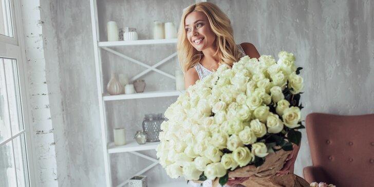Řekněte to květinou: až 101 ks bílých růží Athena s rozvozem po Praze