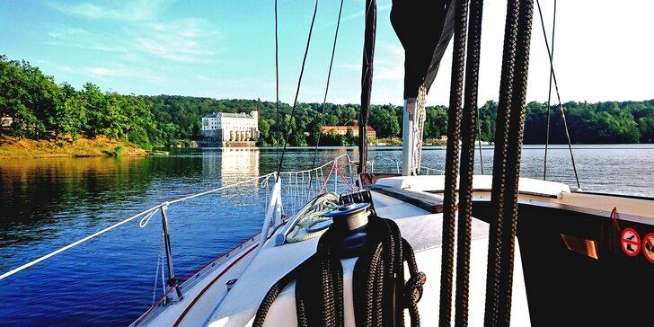 Pohoda na vodě: pronájem jachty na Orlíku na 1–5 dní až pro 4 osoby
