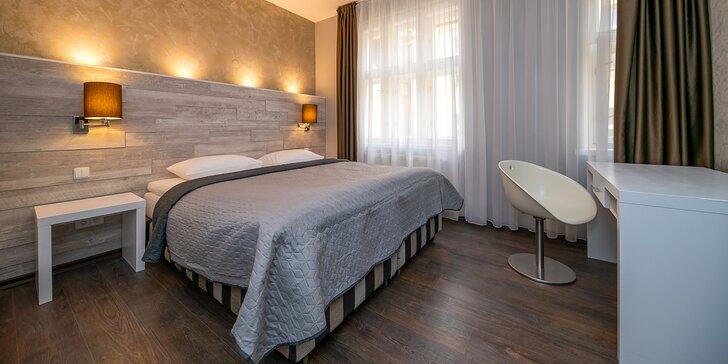 Romantický pobyt u náměstí Republiky: moderní apartmán s oddělenou ložnicí a lahev prosecca