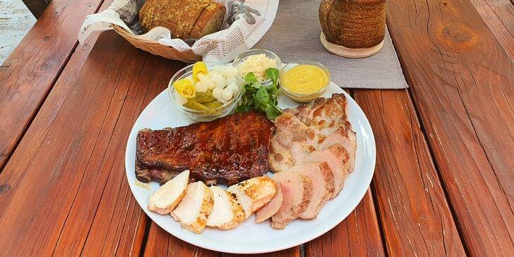 Talíř masa ve stylové pivnici Komín pub: panenka, prso, krkovice i žebra, navrch chleba a zelenina