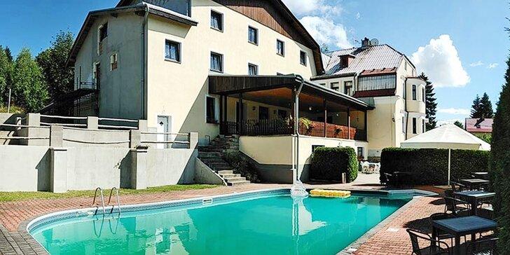 Relax v rodinném penzionu v Jizerských horách: venkovní bazén a snídaně nebo polopenze