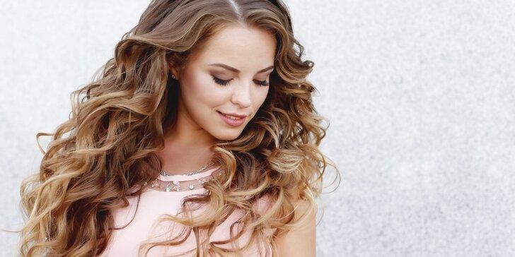 Střih a třeba i blond melír pro všechny délky vlasů a regenerace k tomu