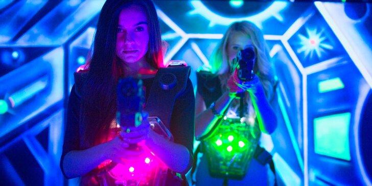 Hra ve zrekonstruované laser game aréně s nabušenou technikou: vstup pro 1-2 osoby