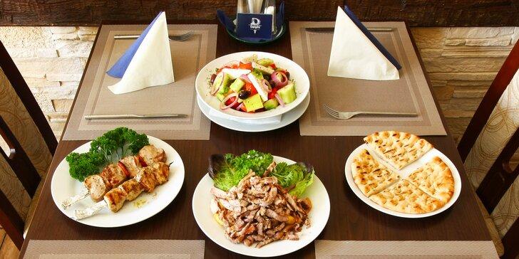 Řecké menu: kuřecí i vepřové souvlaki, gyros, tzatziky i řecký salát