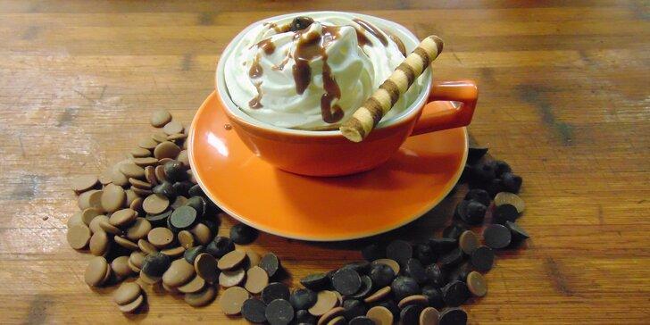 Pravá horká čokoláda s kopcem šlehačky nebo čokoládové fondue s ovocem