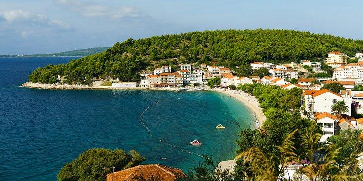 Dovolená s partou či rodinou v Drveniku: vybavené apartmány přímo u pláže pro 4–5 osob