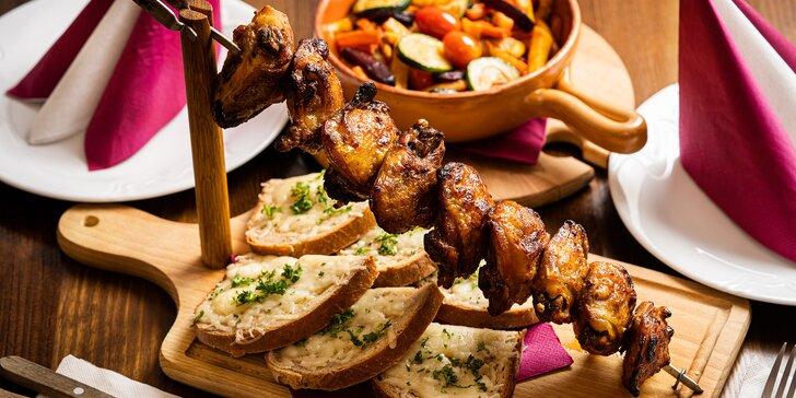 Grilované špízy z kuřecích stehen s teplým zeleninovým salátem a chlebem