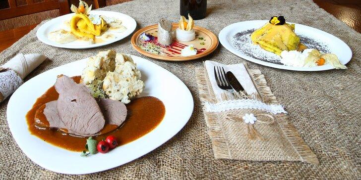 Tříchodové menu v restauraci na břehu rybníka: paštika, jelení kýta a palačinky