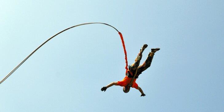 Extrémní bungee jumping z televizní věže v Harrachově: termíny od června do září 2021