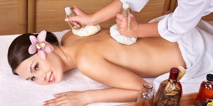 Hodinová vietnamská bylinná masáž prováděna pomocí teplých bylinných sáčků