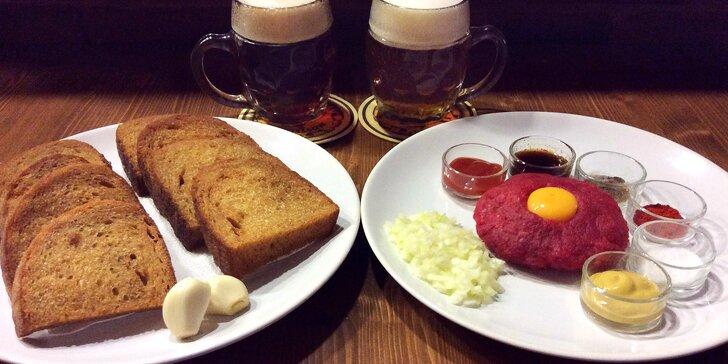 150 g hovězího tataráku, zlatavé topinky a dvě velká piva Pilsner Urquell