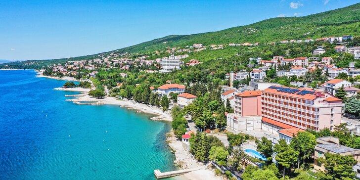 Dovolená u Krku: hotel přímo na pláži, polopenze, venkovní a vnitřní bazén, pokoj s balkonem i výhledem