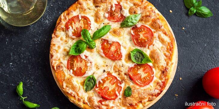 Pizza o průměru 33 nebo 50 cm podle výběru z 8 druhů i nápoj pro 1 či 2 os.