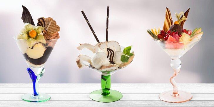 Zmrzlinový pohár v Café Mozart u orloje: kokos, lesní ovoce či harlekýn