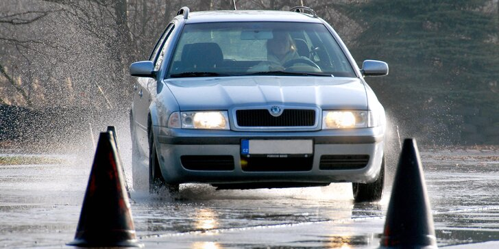 Ovládejte auto za každé situace: škola smyku pro začátečníky i pokročilé