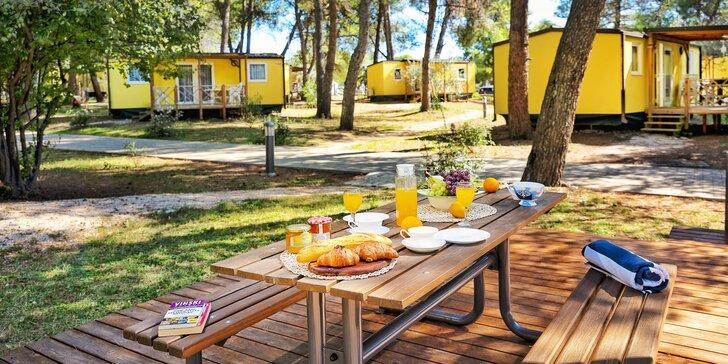 Rodinná dovolená v mobilním domku na Istrii: vybavený kemp s oblázkovou pláží