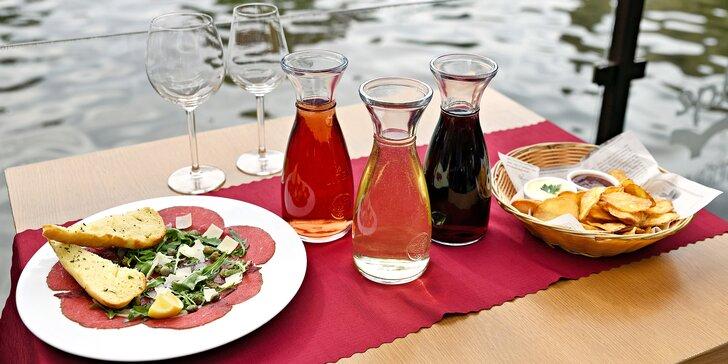 Karafa vína, bramborové lupínky a carpaccio s výhledem na Karlův most